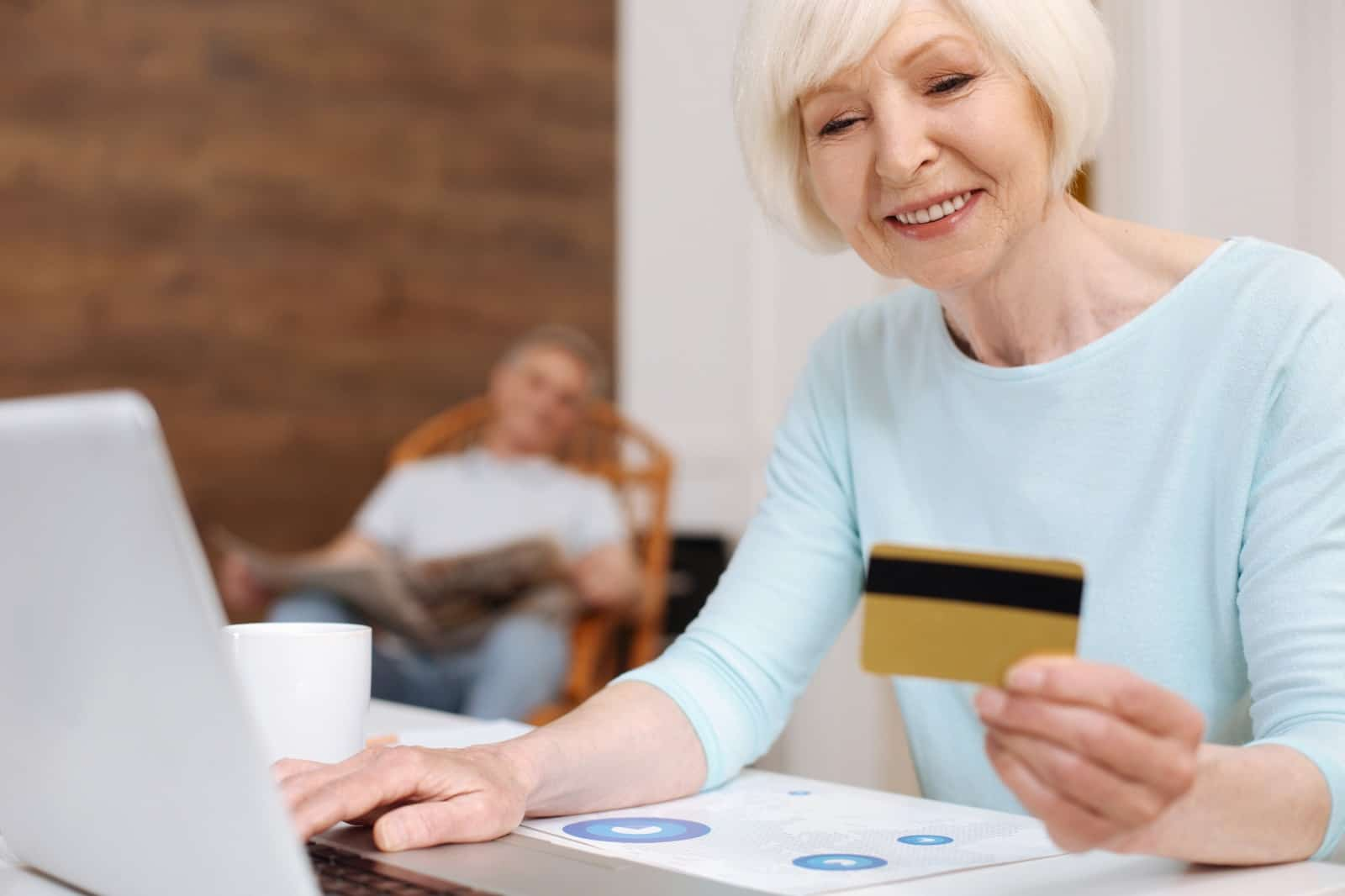 אישה מבוגרת משתמשת במסלקה פנסיונית