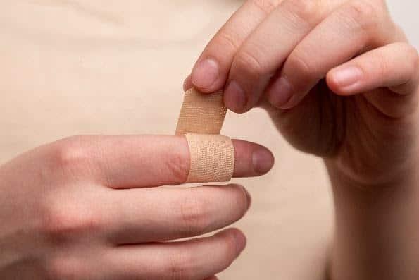 ביטוח תאונות אישיות - אצבע עם פלסטר